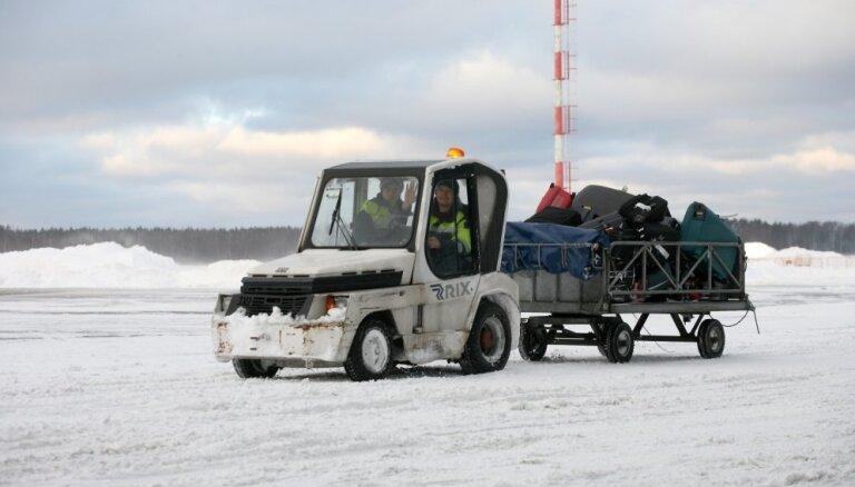 Снегопад задерживает рейсы в Рижском аэропорту