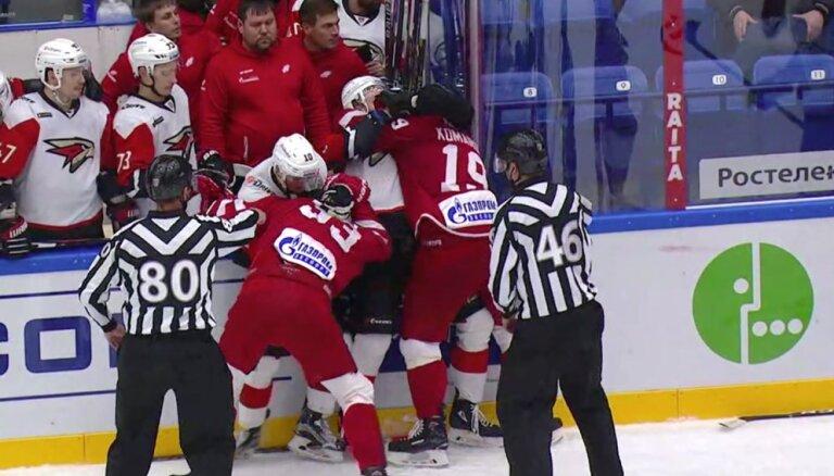 Video: Hārtlija vadītā 'Avangard' spēlētāji iesaistās asiņainā kautiņā ar 'Vitjazj' hokejistiem