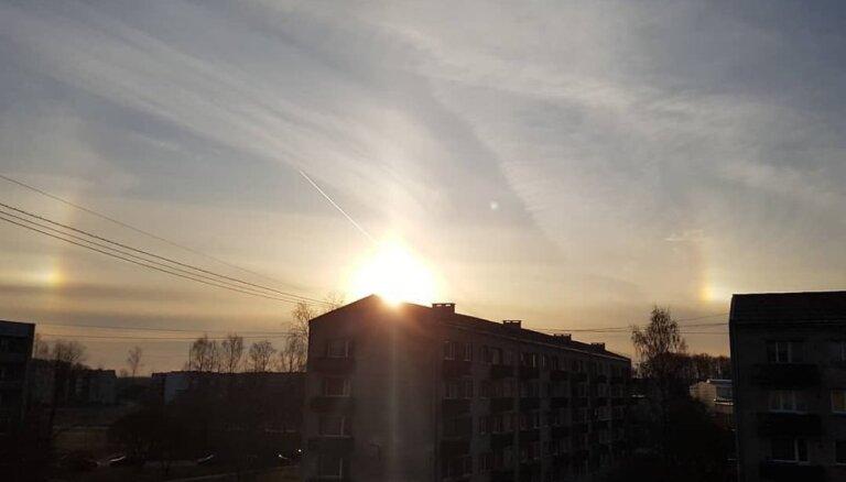 Foto: Aculiecinieki Latvijā novēro neparastu saullēktu