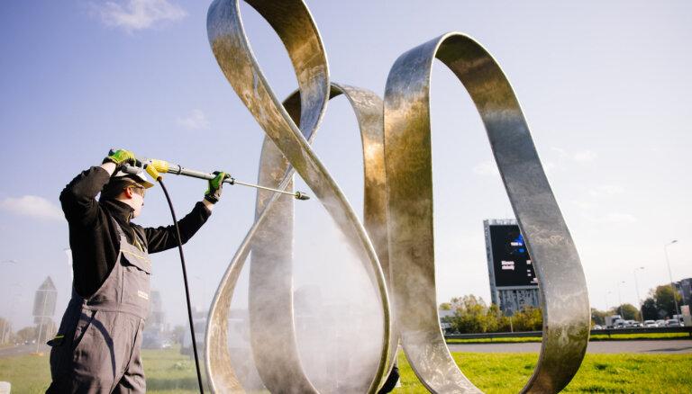 """Фото: Компания Kärcher в подарок городу очистила скульптуру """"Риге 800"""""""