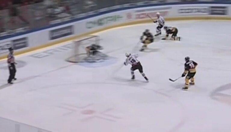 Video: Ābola juniora pirmais 'gols' KHL un 'Dinamo' skaistā uzvara