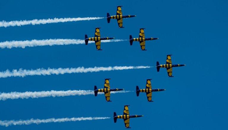 ФОТО: Скорость, рев моторов, адреналин. В Тукумсе проходит крупнейшее авиашоу в Балтии