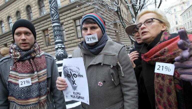 ФОТО: Бусулис, Рейникс и другие вышли к Сейму протестовать против 21% НДС на культуру