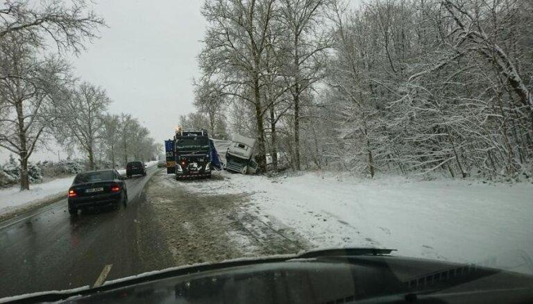 В понедельник будет идти снег, с утра - множество аварий и пробок