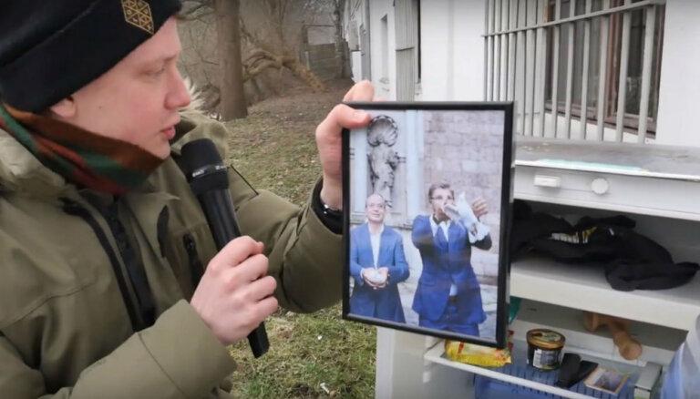Video: Ziņu reportieris atrod noslēpumainu ledusskapi