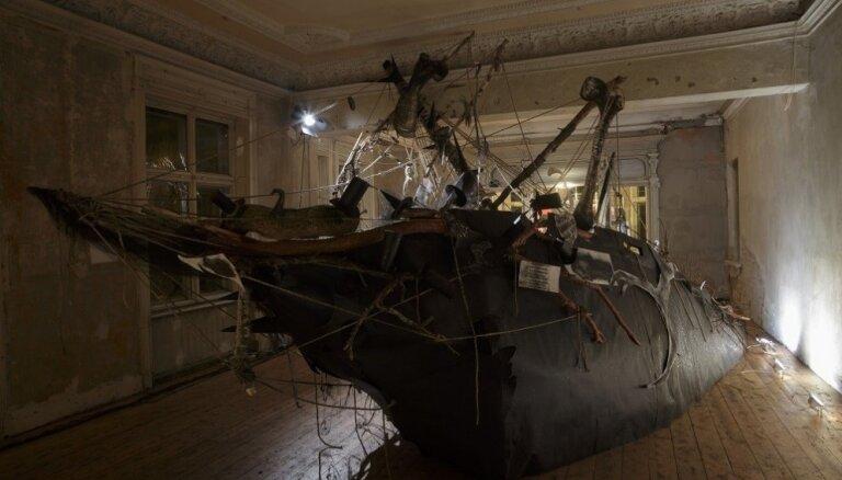 Retumu kabineti un nomaldījušies kuģi. 'Survival Kit 8' mākslinieks Artūrs Virtmanis