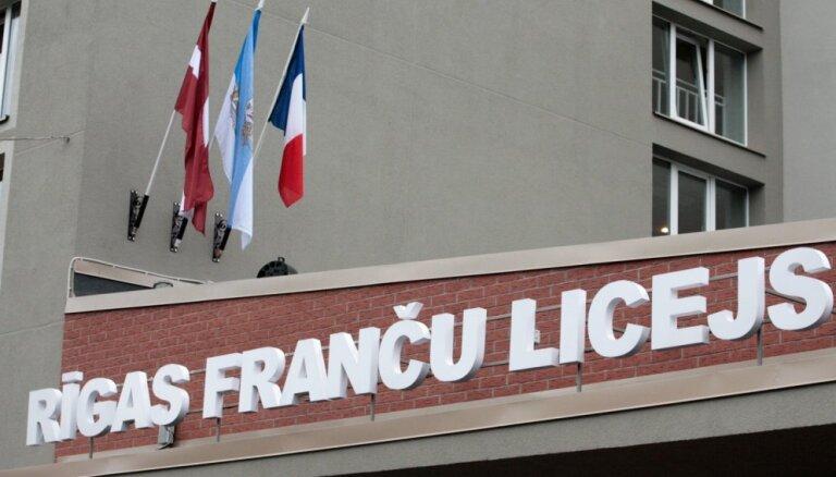 Aizdomīgie mājasdarbi Franču licejā: Politiskā aģitācija nav veikta, secina dienests
