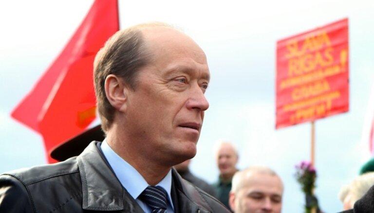 Vešņakovs noliedz Krievijas armijas ievešanu Latvijā; Kremlis ar pensijām un pasēm vilina interesentus