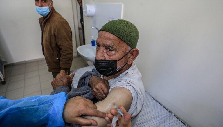 Izraēla aizdos palestīniešiem miljonu Covid-19 vakcīnu