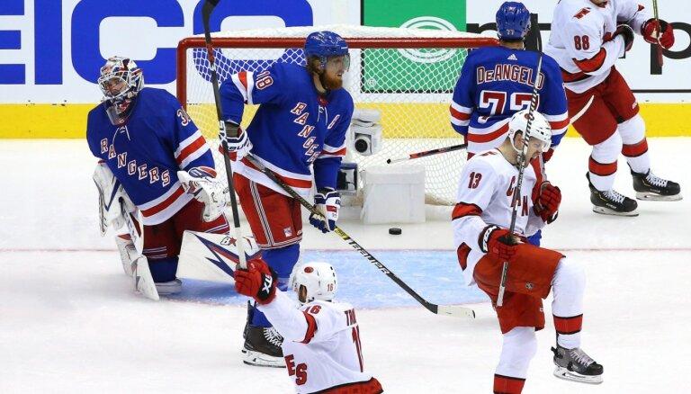 'Hurricanes' gūst trešo panākumu pār 'Rangers' un sasniedz izslēgšanas spēles