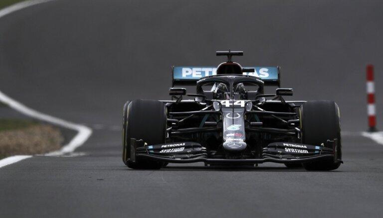 Hamiltons mājas trasē Silverstonā sasniedz ātrāko laiku treniņsesijā