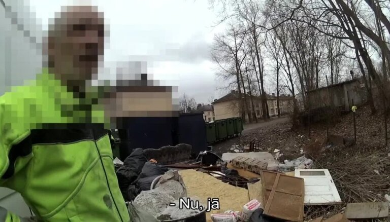 Rīgas pašvaldības policisti kādā Vecmīlgrāvja pagalmā pieķer nelegālu atkritumu izgāzēju