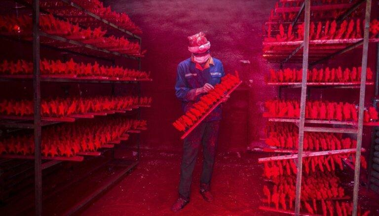 Где на самом деле появляются на свет новогодние игрушки и колпаки для Санта Клаусов (ФОТО, ВИДЕО)