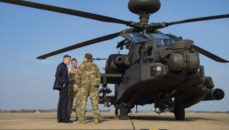 Igaunijā ieradušies pieci Lielbritānijas helikopteri 'Apache'