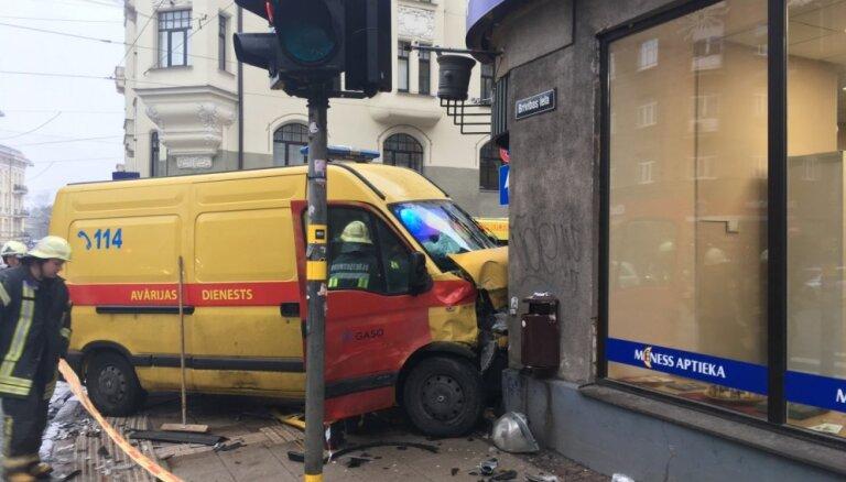 Foto: Rīgā pēc sadursmes ar vieglo auto avārijas dienesta spēkrats ietriecas aptiekā