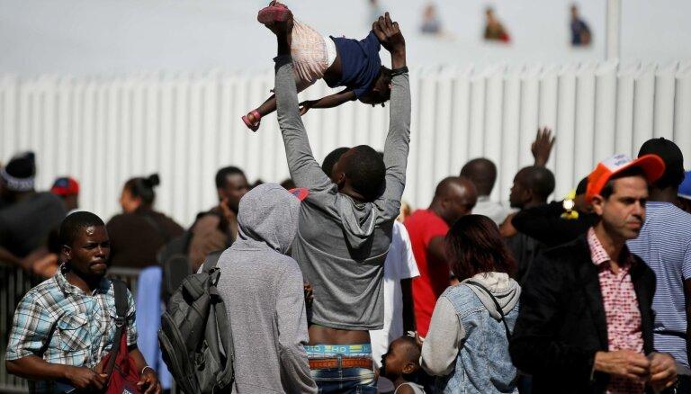 ASV pastiprinās patvēruma meklētāju atpakaļsūtīšanu uz Meksiku, brīdina Pompeo