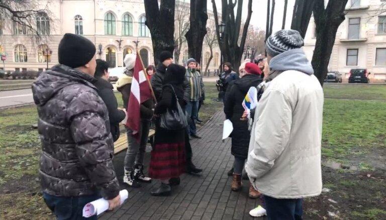 Video: Gobzema atbalstītāji pulcējas pie Rīgas pils