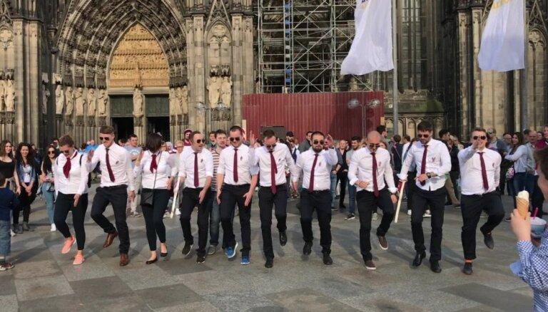 Video: Latvijas hokeja fani līksmo pie Ķelnes Doma