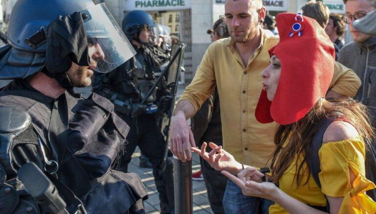Francijā 'dzelteno vestu' protesti noslēdzas ar sadursmēm