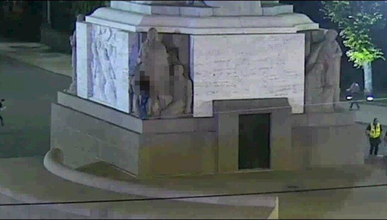 Video: Lietuvietis uzrāpjas Brīvības piemineklī un bēg no policijas