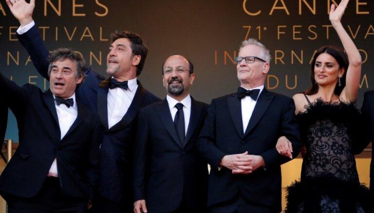 Foto: Ar sarkano paklāju un irāņu režisora Asgara Farhadi filmu atklāts Kannu kinofestivāls