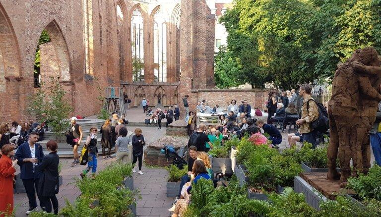 Berlīnes centrā atklāta trīs latviešu mākslinieku instalāciju izstāde