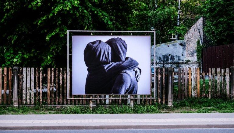 Foto: Avotu ielā aplūkojama brīvdabas izstāde 'Dzīve pēc Covid'