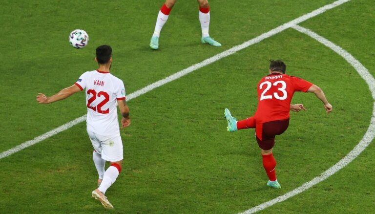 Šveices izlase pieveic Turciju un saglabā cerības uz astotdaļfinālu, bet neapsteidz Velsu