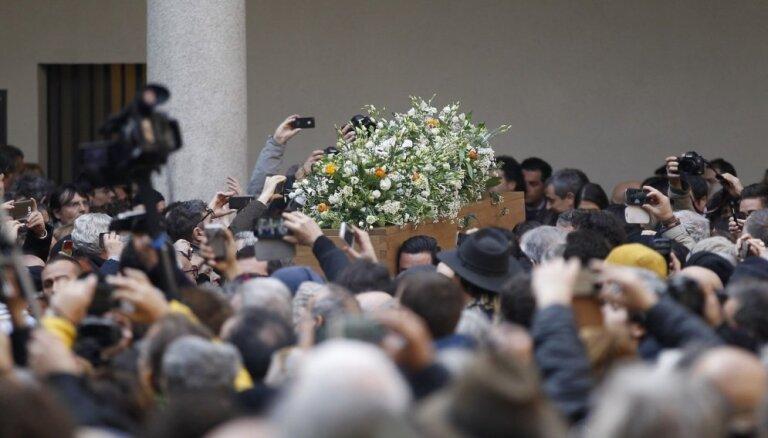 Simtiem cilvēku apmeklē Umberto Eko bēru ceremoniju Milānā