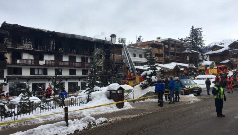 Ugunsgrēkā Francijas Alpos gājuši bojā divi cilvēki; 22 ievainoti