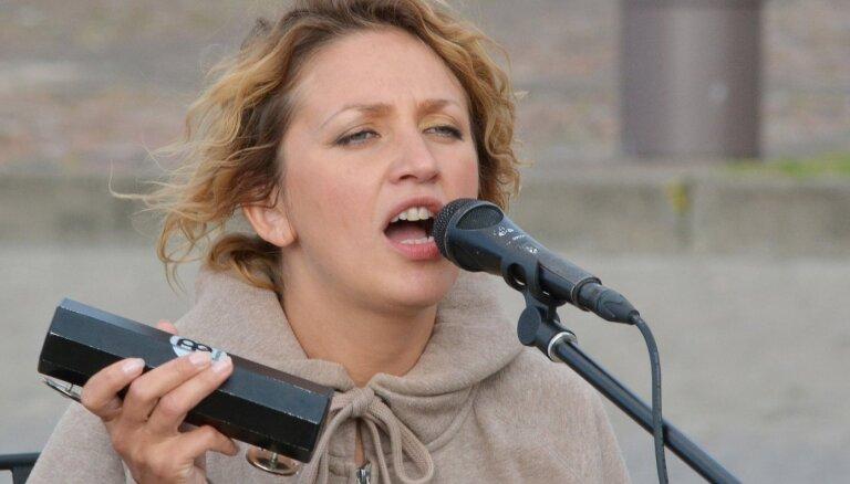 Noklausies! Ilonas Balodes-Ūdres grupa 'Abstinence' piedāvā jaunu dziesmu