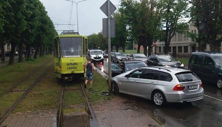 Foto: 'BMW' Liepājā nedod ceļu tramvajam un izraisa sadursmi