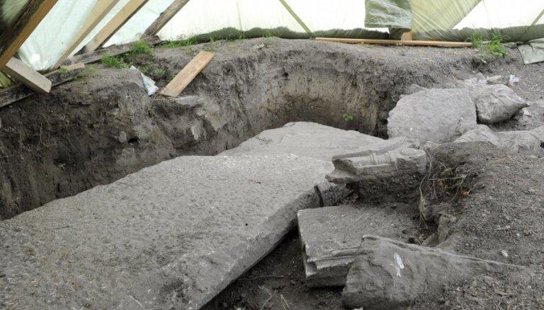 Vīnē atrasti no nacistiem paslēpti ebreju kapakmeņi