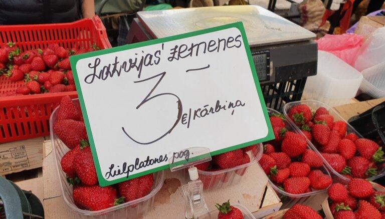 Foto: Rīgas Centrāltirgū nopērkamas pirmās pašmāju zemenes
