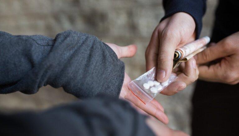 """Bloomberg рассчитал """"индекс греха"""": Латвия — в числе худших стран для покупки наркотиков"""