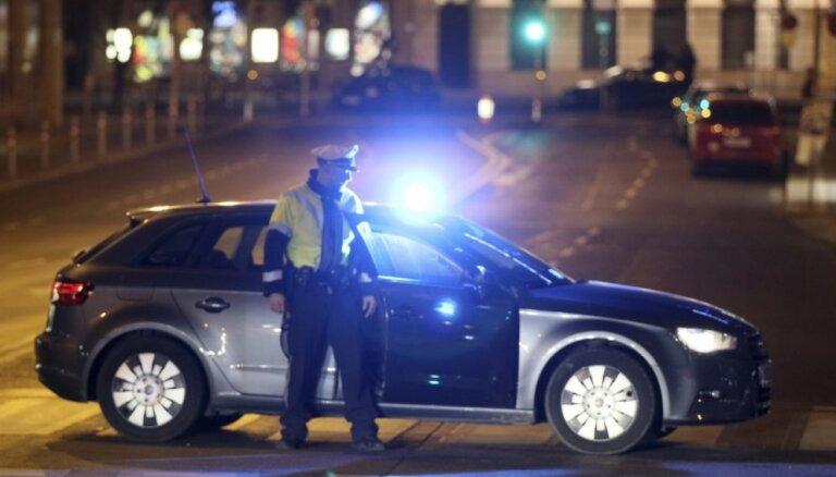 Vīnes ielās vīrietis ar nazi uzbrūk cilvēkiem; četri nopietni ievainoti