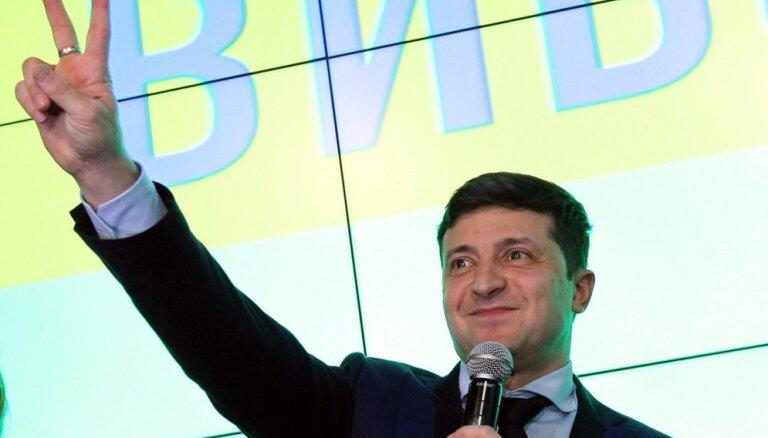 Ukrainas prezidenta vēlēšanu otrajā kārtā iekļuvuši Zelenskis un Porošenko, vēsta aptaujas