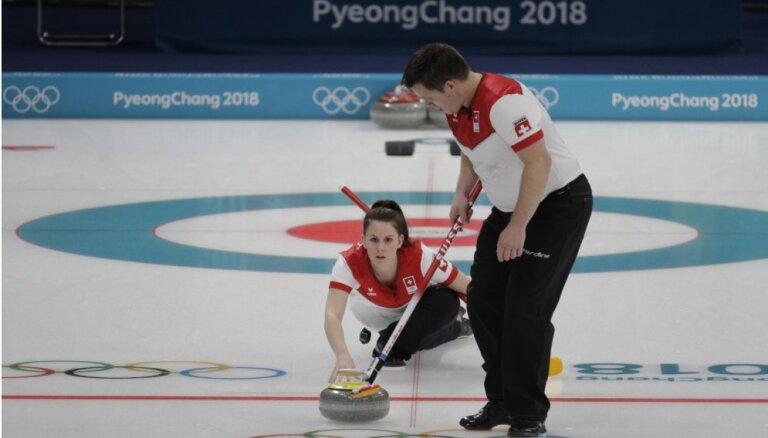 Šveices kērlingisti vienīgie izcīna divas uzvaras jaukto pāru olimpisko sacensību pirmajā dienā