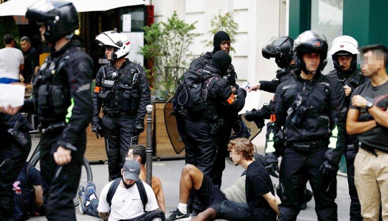Francijā protesti pret stingrāku pandēmijas noteikumu ieviešanu pulcē 161 000 cilvēku
