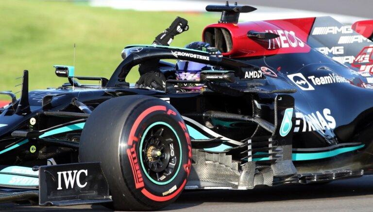 Hamiltons savās mājās kvalifikācijā par septiņām sekundes simtdaļām apsteidz Verstapenu