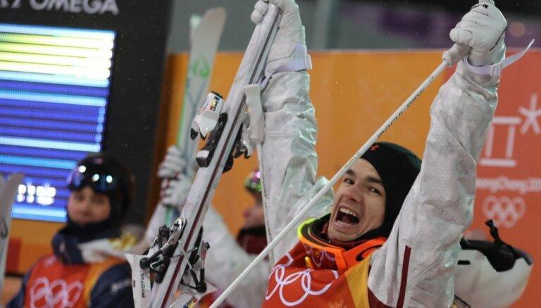 Kanādietis Kingsberijs izcīna zelta medaļu frīstaila slēpošanas mogulā
