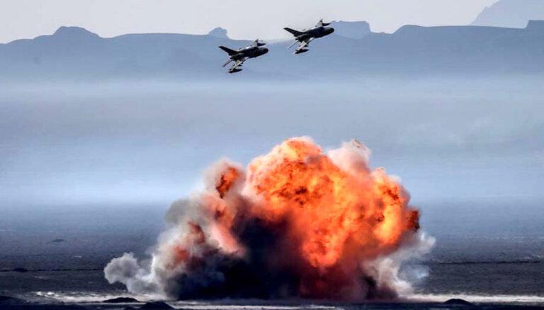 Foto: Irāņi ar amerikāņu un padomju ieročiem apgūst uzbrukuma taktiku