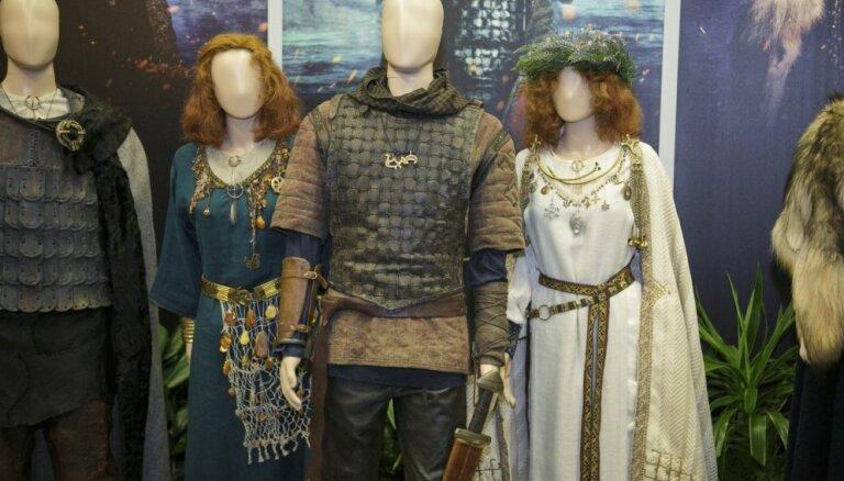 Foto: Nacionālajā bibliotēkā atklāta 'Nameja gredzena' spilgtāko tērpu izstāde