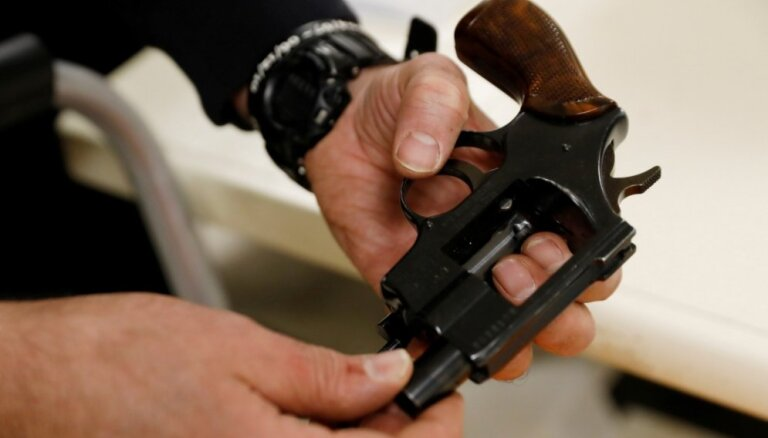 Комиссия Сейма одобрила идею лишать неплательщиков алиментов права на оружие