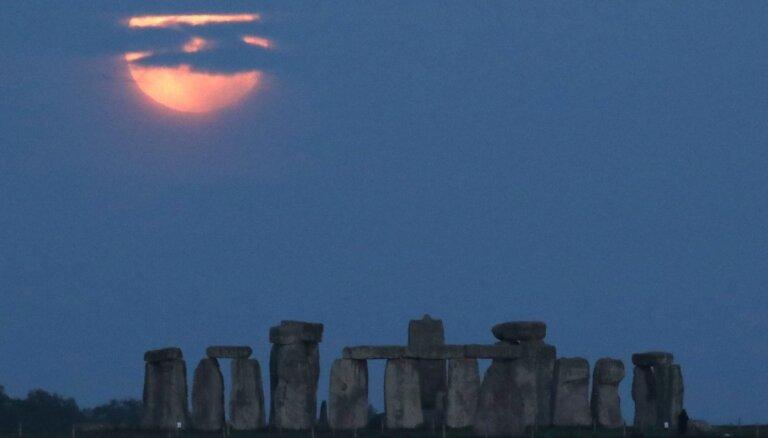 Elpu aizraujoši skati – kā izskatījās 'asins Mēness' aptumsums dažādās pasaules vietās