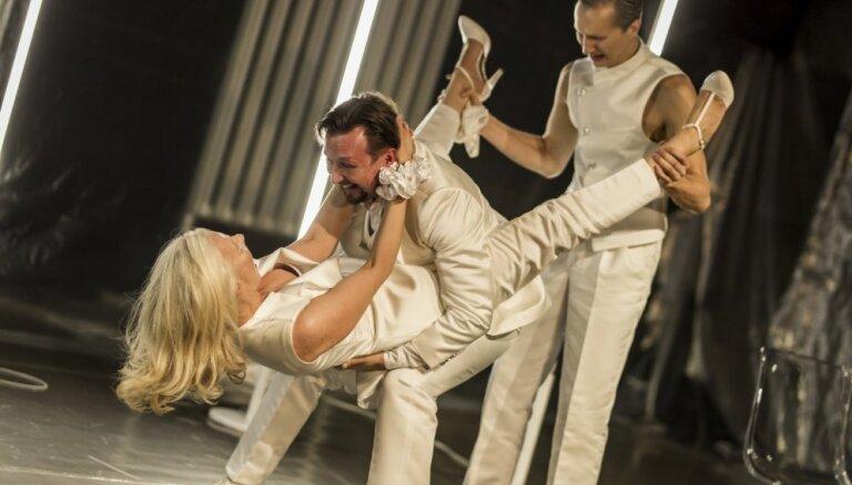 Foto: Dailes teātrī iestudēta komiska drāma 'Neglītenis'