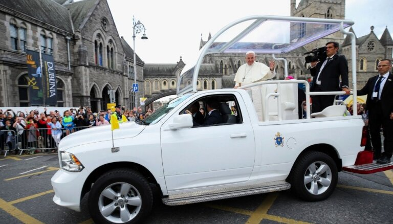 Foto: Pāvestu papamobīlī vadā pa pedofilijas skandālos daudz cietušo Īriju