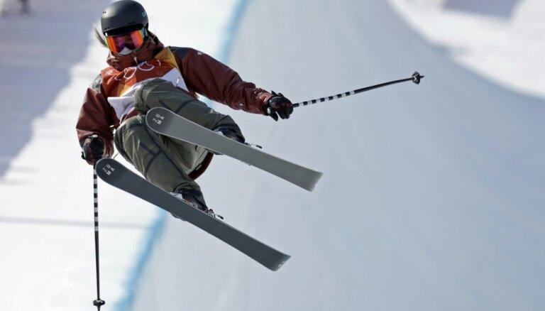 Kanādiete Šārpa triumfē olimpiskajās frīstaila sacensībās rampā