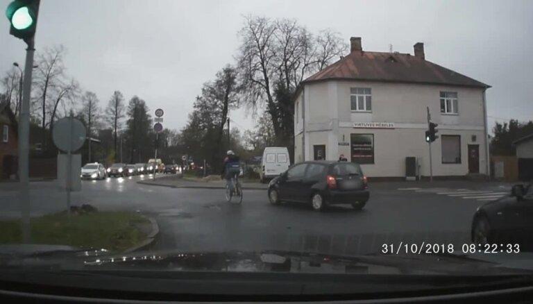 Video: 'Citroen' vadītājs neievēro CSN; cenšas notriekt velosipēdistu