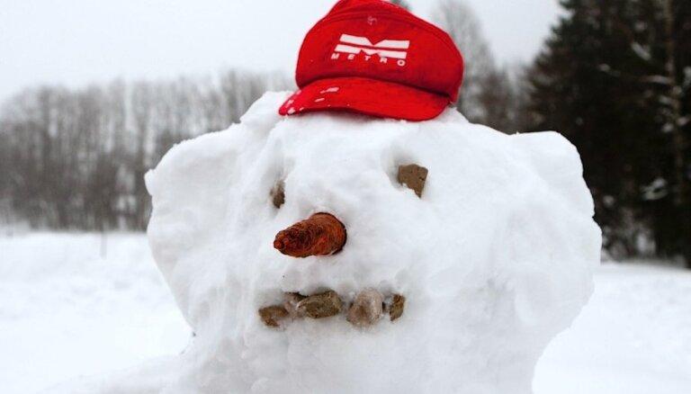 Ar burkānu vai ogļu pogām: parādi 'Delfi Aculieciniekam' savu uzvelto sniegavīru!